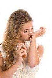 Nacken statt Hände: Wie Parfüm richtig aufgetragen wird