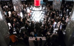 Das KaDeWe ganz in Rot: Marni präsentiert den ersten Duft