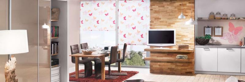Eine Wandverkleidung aus Holz bringt Atmosphäre in den Raum ...