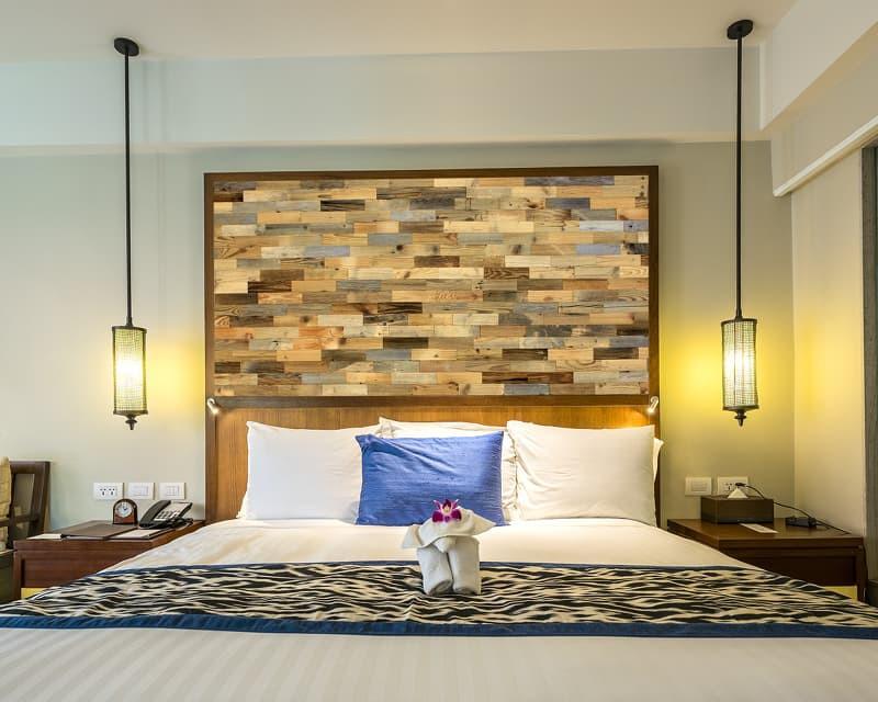 Schlafzimmer Holzwand Eiche Altholz